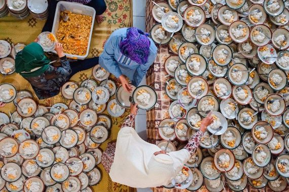 "''Preparing for 1000 Takjil Iftar Ramadan Kareem:"" Three volunteers serve 1,000 plates of chicken ... [+] Photo: Dharma Kurniawan, @dharmaku, Indonesia - Agora"