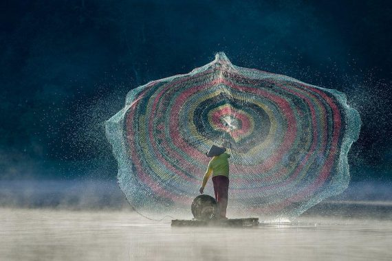 """Throwing Nets:"" Fisherman in action at Situ Patenggang Lake in Indonesia. Photo: Glenn Valentino @g13nnn, Indonesia - Agora""Throwing Nets:"" Fisherman in action at Situ Patenggang Lake in Indonesia. Photo: Glenn Valentino @g13nnn, Indonesia - Agora"