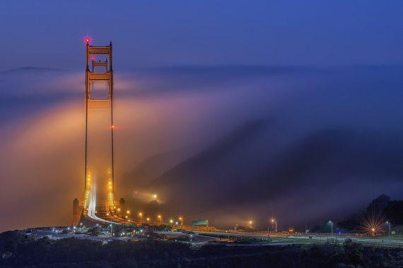 Золотой Мост, Джей Хуан, США. Мост «Золотые Ворота», окутанный дымкой тумана. Победитель в категории «города и природа»