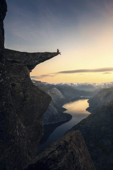 На краю, Гильерме Гомес де Мескита, Бразилия. Каменный выступ Язык тролля (Trolltunga) в Норвегии. Третье место в категории «пейзаж»