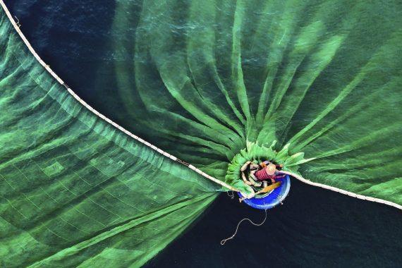Танец в море, Ле Ван Винь, Вьетнам. Рыбак в Хон Йен (Hon Yen), Фу Йен (Phu Yen), Вьетнам. Победитель в категории «люди и природа»