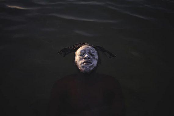 Портрет в бухте Гуанабара, Фабио Тейшейра, Бразилия. Молодой африканский беженец из Демократической Республики Конго, плавающий в водах залива Гуанабара на пляже Рамос. Второе место в категории «люди и природа»