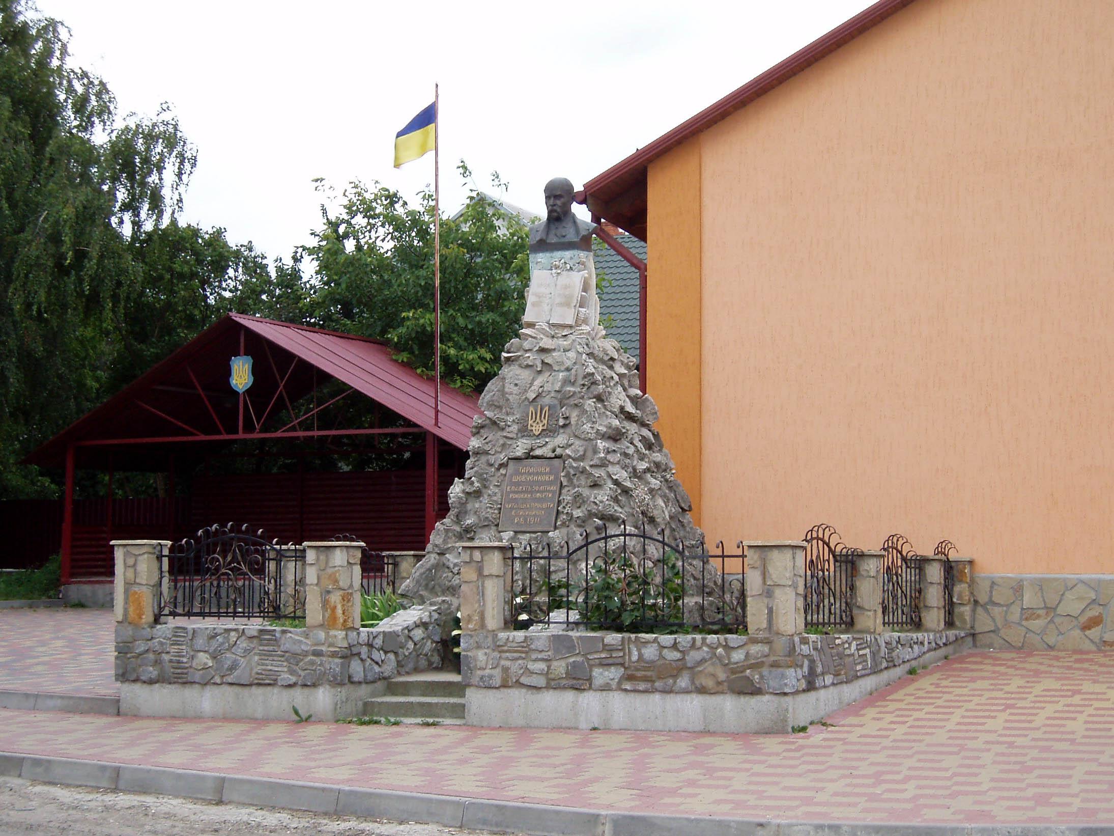 Пам'ятник Шевченку у селі Лисиничі